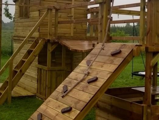 Schuine klimwand met houten klimblokken